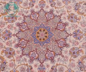 نمای نزدیک قالیچه دستبافت زمینه کرم حاشیه بژ برند صادقی