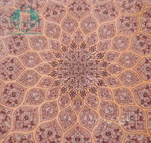نمای نزدیک قالیچه دستبافت نقشه گنبد رنگ کرم حاشیه بژ
