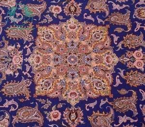 زمینه آبی حاشیه طلایی  قالیچه دستبافت  لچک ترنج نقشه مارک طاهری تک خفتی 1100خفتی  1کف ابریشم