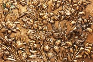 نمای نزدیک تابلو قلمزنی برجسته طرح گل و مرغ