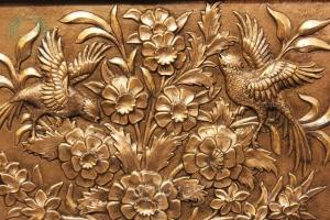 نمای نزدیک تابلو قلمزنی گل پرنده